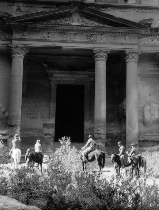 Arkeologen Gustaf VI Adolf i klippstaden Petra