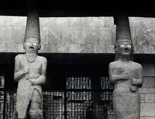 Karyatider i basalt, ursprungligen från templet vid Tell Halaf, vaktar ingången till Nationalmuseet i Aleppo. Foto: Richard Holmgren
