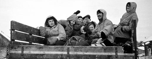 Åtta av Dyatlovgruppens deltagare på flaket av den lastbil som tog dem från den sista bebodda byn, Vizhay, före deras utfärd på skidor. Fotot är endera taget av Y. Yudin eller Y. Krivonischenko. Foto:Dyatlov Foundation i Yekaterinburg.
