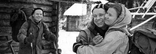 """Yuri Yudin tar farväl av Lyudmila Dubinina """"Lyuda"""". Till vänster i bild står gruppledaren Igor Dyatlov stödjandes på sina skidstavar. Foto:Dyatlov Foundation i Yekaterinburg."""