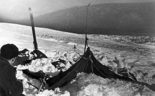 Dyatlovgruppens tält återfinns på sluttningen av Kholat Syakhl. Nedanför syns början till skogen där gruppens kroppar hittades. Foto:Dyatlov Foundation i Yekaterinburg.