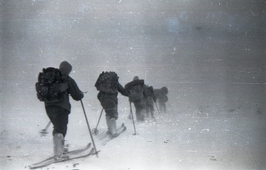 En av de sista skidbilderna som togs av gruppen – förmodligen nära de södra sluttningarna, väster om Dyatlovpasset, ett par timmar innan de reser tältet för sista gången vid klockan fem på eftermiddagen den första februari 1959. Foto:Dyatlov Foundation i Yekaterinburg.