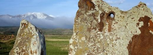 Knappt hälften av de ca 200 resta stenarna har ett borrat hål i toppen – vilket efter utgrävningen visade sig endast vara halva sanningen. Foto: Richard Holmgren
