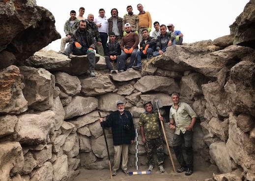 Utgrävningsteamet av Zorats Karer, poserandes vid den kammargrav som undersöktes under augusti 2018.