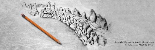 Skiss föreställande en rekonstruktion av den framgrävda muren som dolde sig under stenraderna. Illustration: Richard Holmgren