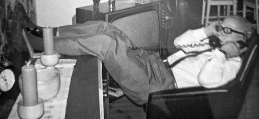 Anemonkalle gör affärer 1971 - detta framför tv:n som två år tidigare hade visat månlandningen, vilken morfar ställde sig skeptisk till redan då. Som en extremt duktig försäljare var en sådan tanke inte helt främmande för honom.