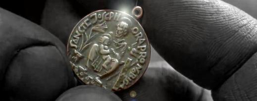 Medaljongen av Sankt Josef med Jesusbarnet. Foto: Efterbearbetad stillbild från filmen Exorcisten.