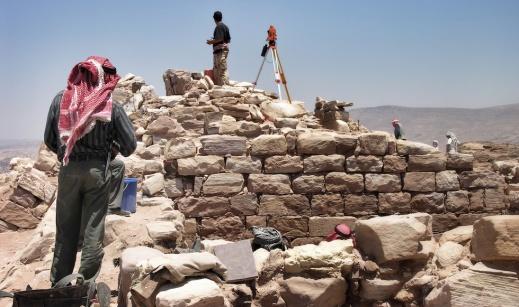 Utgrävningar på Arons berg i Petra år 2003. Likt många andra klosterlämningar från bysantinsk tid återfanns här mängder av lämningar efter papegojfisk. Foto: Richard Holmgren