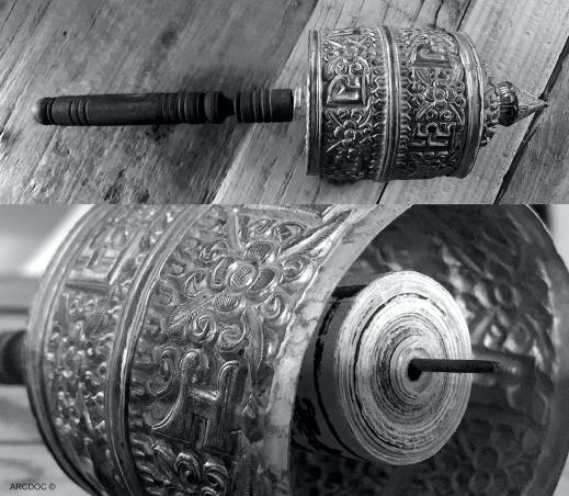En sentida bönekvarn (manicylinder) från Tibet. Inuti behållaren förvarades en rulle med bönetexter. Foto: Richard Holmgren