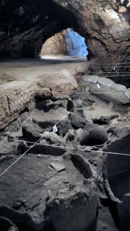 Utgrävningen av gravar och världens äldsta vinframställning i Arenigrottan. Foto: Richard Holmgren