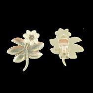 V-blomman mellan örhängen