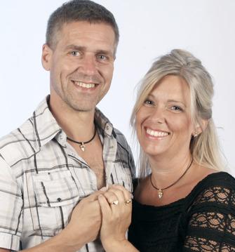 Mannekängerna Lena och Lars-Owe med smycken från Tvåskapet