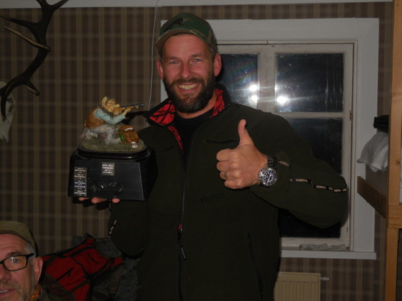 I samband med morgonens samling delades det årliga vandringspriset ut till den flitigaste vildsvinsskytten.Det blev återigen Markus Mellberg som tog hem den åtråvärda titeln.Får se om han kan försvara titeln kommande säsong när han nu har flyttat till Halmstad?