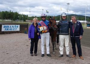 Anna-Lena till vänster efter seger med Benji Dana på Bollnäs i somras