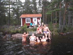 Hela gänget efter avslutad simning i Holmsjön