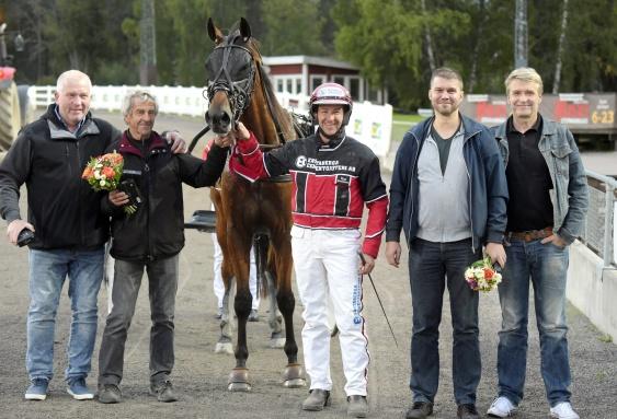 """Fr.v 1 st glad uppfödare,pappa""""Blixten""""Gunnarsson,Triton,tränare&kusk Mats Gunnarsson,""""Rille"""" Larsson+loppets sponsor Hj´s Måleri"""