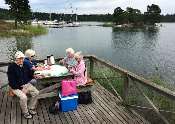 Pappa Yngve tillsammans med mamma Inez och hennes vänninor Inga-Lill o Christina vid Nynäs Brygga för 5 veckor sedan