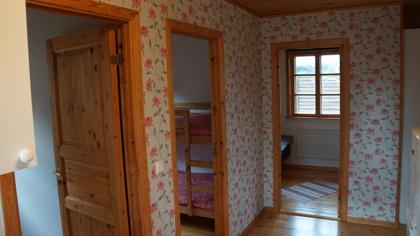 3 st sovrum, 2 med våningssängar, det större sovrummet har separata sängar som kan ställas ihop.