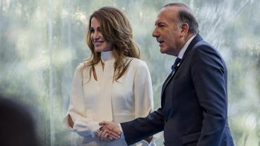 Här ser ni när Rania drottningen av Jordan hälsar med handen