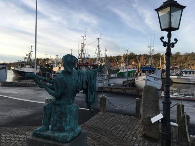 Evert Taube håller ett vakande öga över Fiskehamnen!