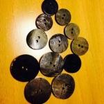 Brun/svart knapp i horn