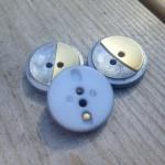 Gråblå/guld knapp