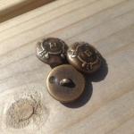 Metall-liknande knapp