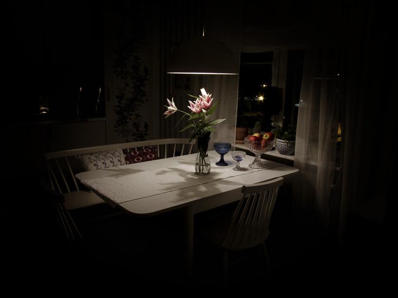 Mörk kväll, blommor på köksbordet