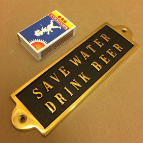 Mässingsskylt: Save water. Drink beer. - Mässing: Save water. Drink beer.