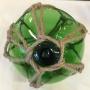 Glaskula i nät grön 15 cm i diameter - Glasflöte grönt 15 cm
