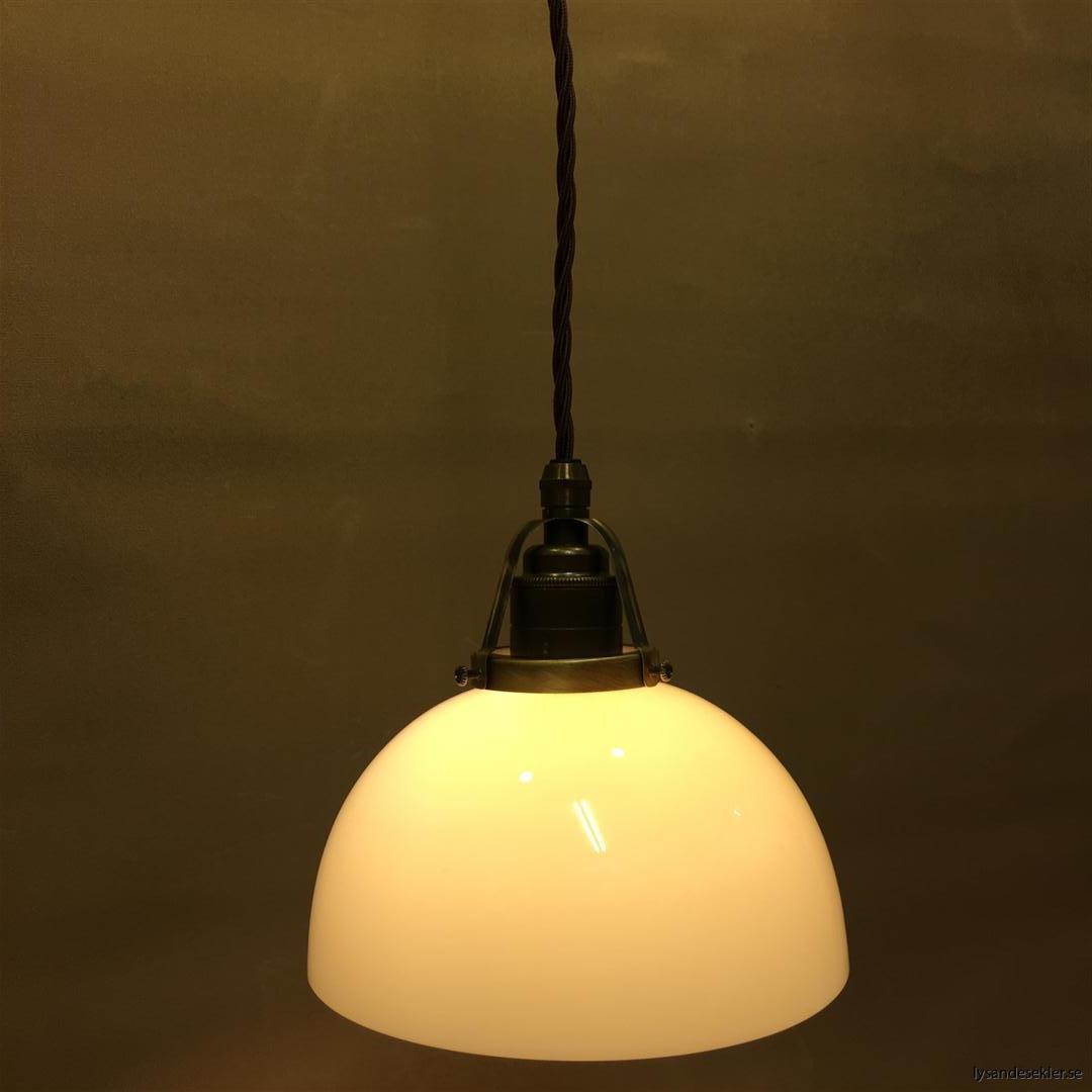 ljusgul skålformad lampskärm med brun tygsladd