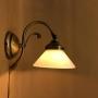 Vägglampa jugend med liten opalvit skomakarskärm