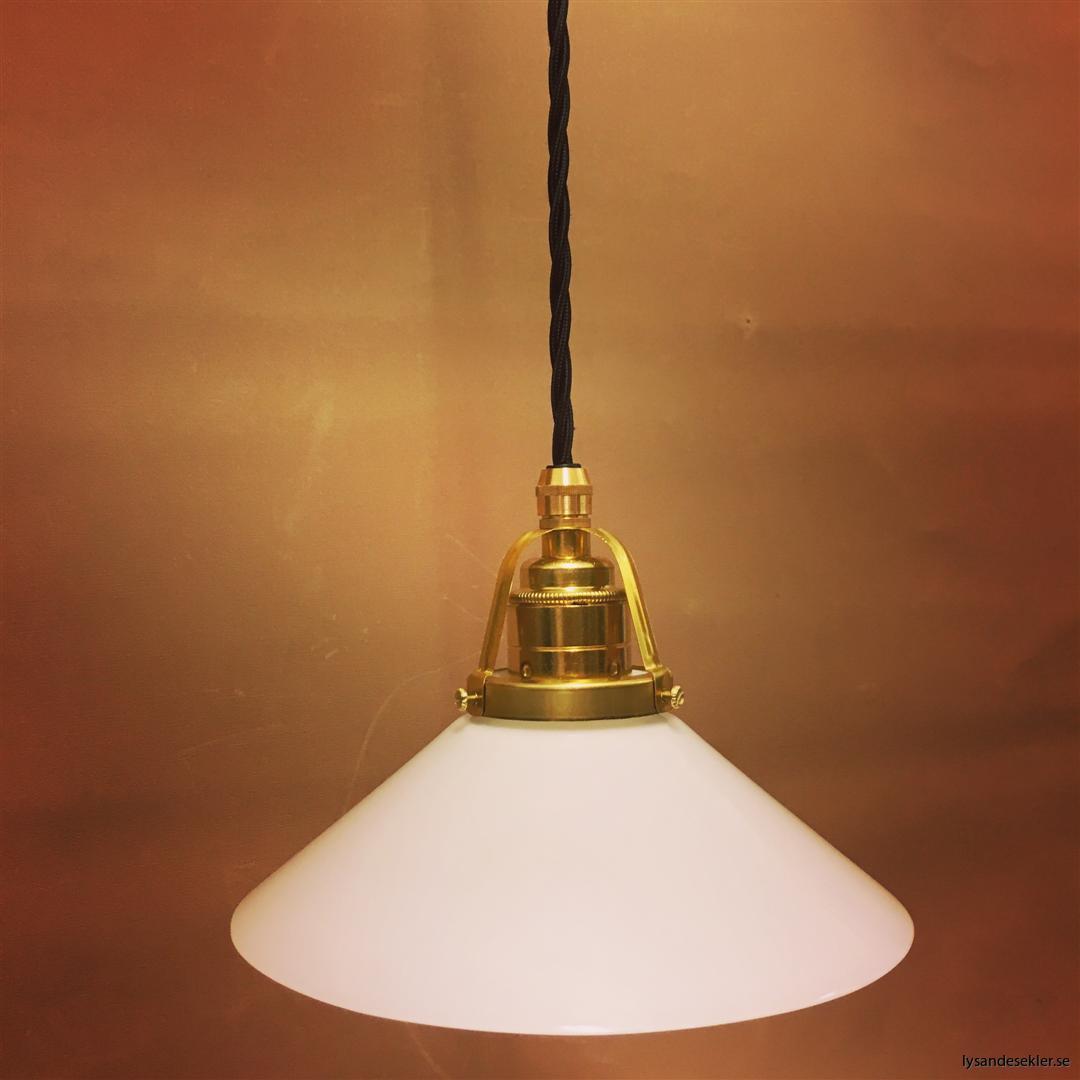 fönsterlampa med svart tygsladd och klofattning i mässing 60 mm fläns (16)
