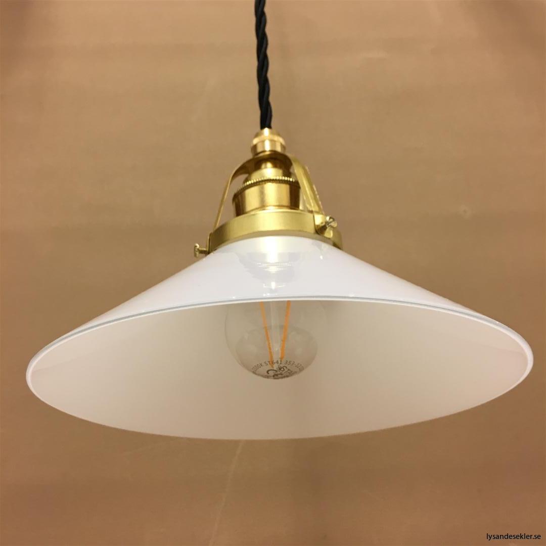 fönsterlampa med svart tygsladd och klofattning i mässing 60 mm fläns (19)