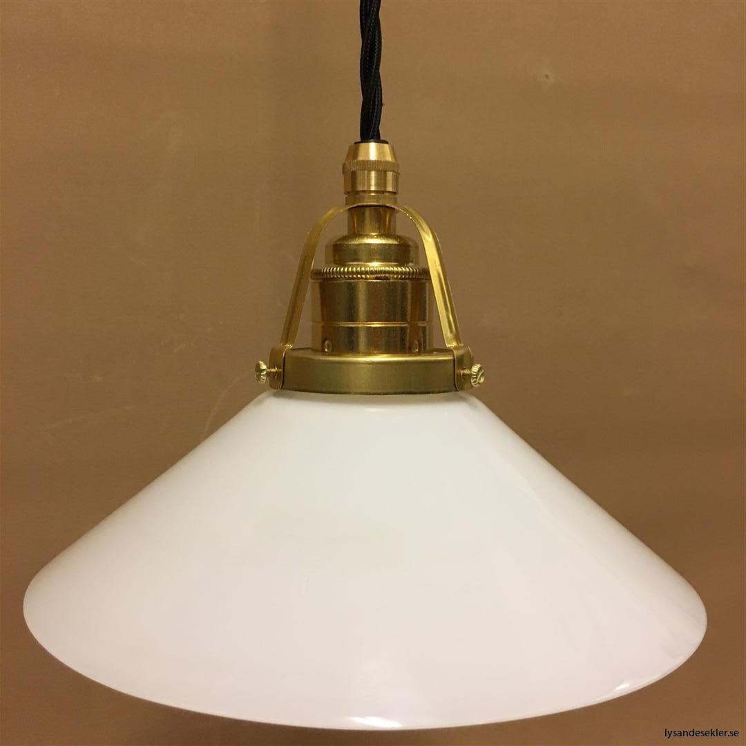 fönsterlampa med svart tygsladd och klofattning i mässing 60 mm fläns (17)