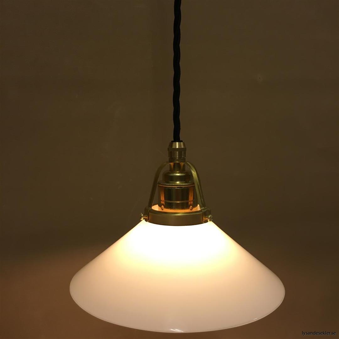 fönsterlampa med svart tygsladd och klofattning i mässing 60 mm fläns (12)