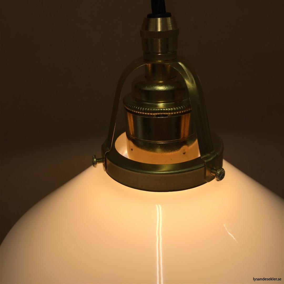 fönsterlampa med svart tygsladd och klofattning i mässing 60 mm fläns (15)