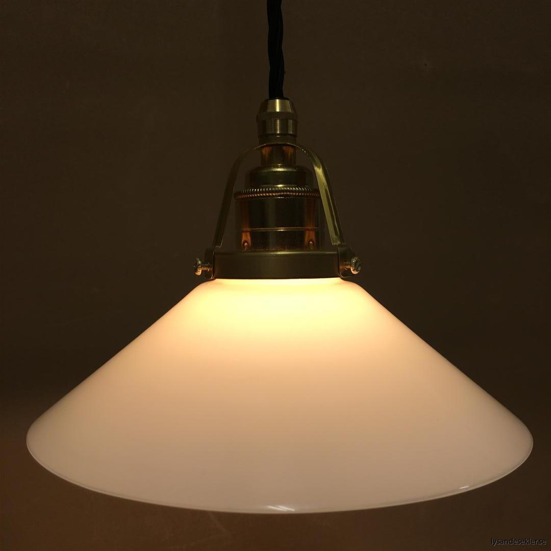 fönsterlampa med svart tygsladd och klofattning i mässing 60 mm fläns (13)