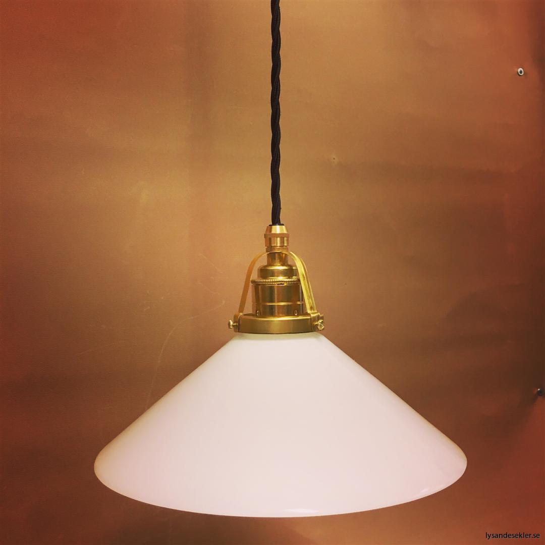 fönsterlampa med svart tygsladd och klofattning i mässing 60 mm fläns (29)
