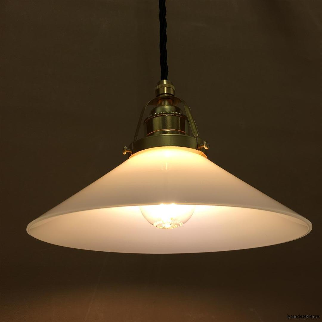 fönsterlampa med svart tygsladd och klofattning i mässing 60 mm fläns (14)