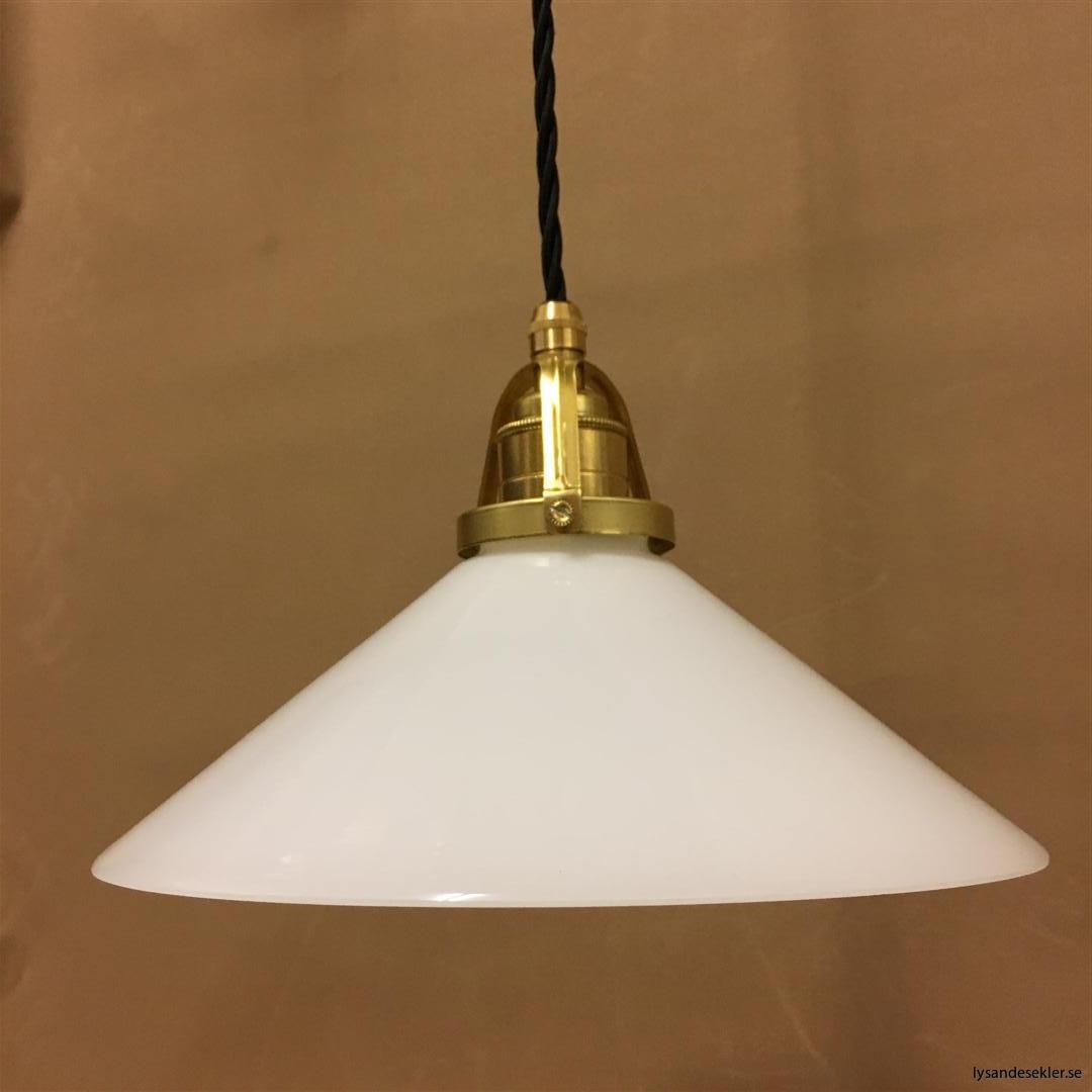 fönsterlampa med svart tygsladd och klofattning i mässing 60 mm fläns (25)