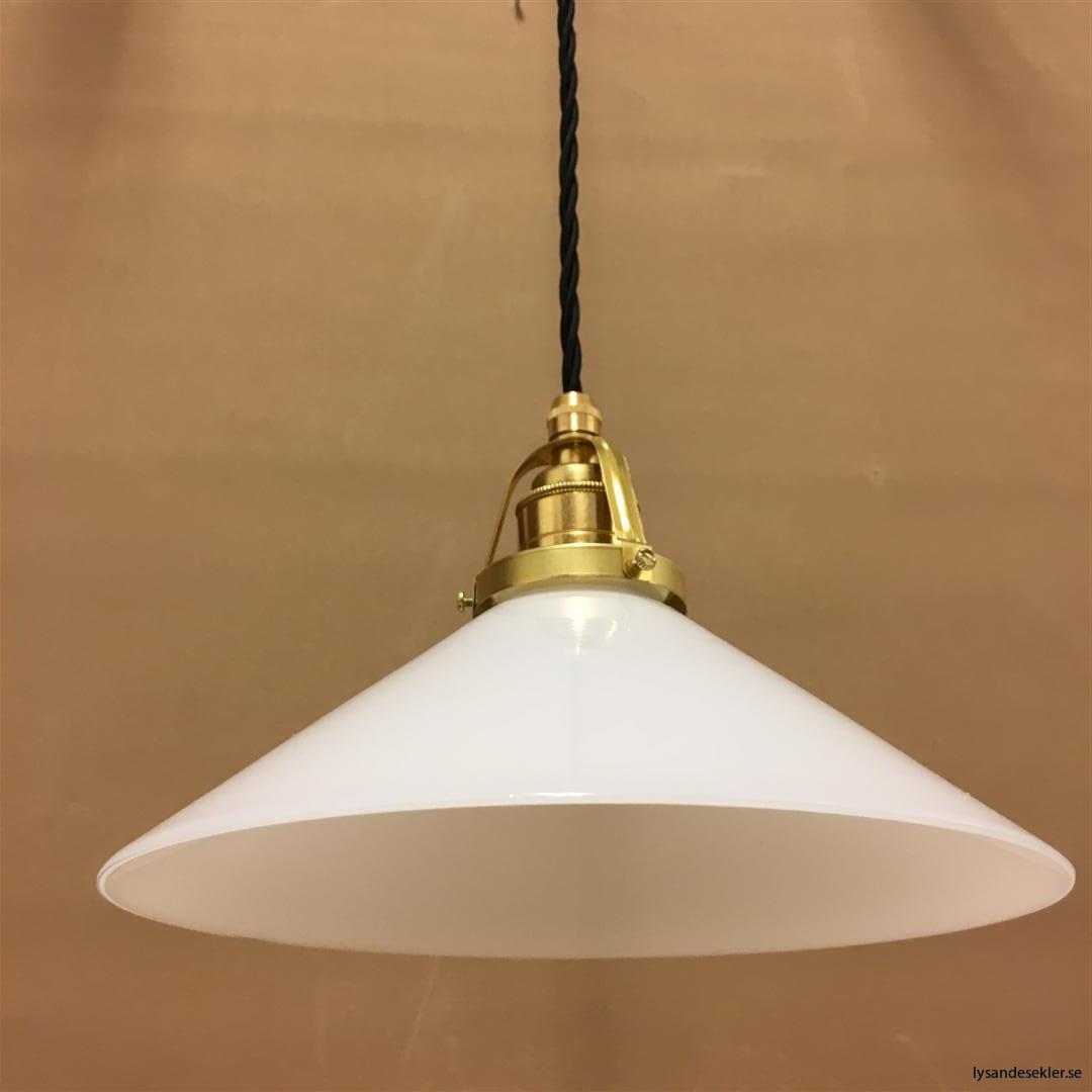 fönsterlampa med svart tygsladd och klofattning i mässing 60 mm fläns (28)