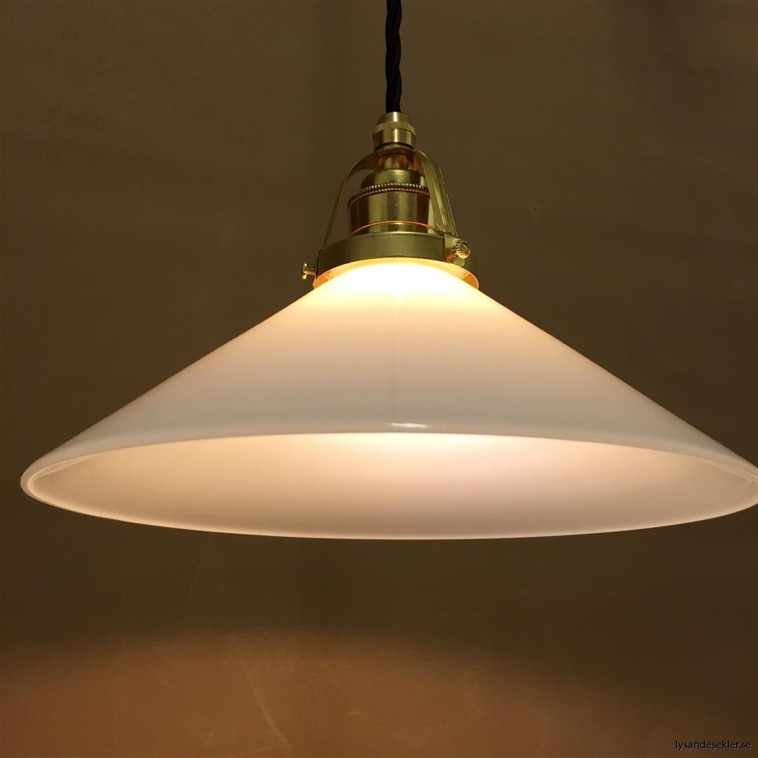 fönsterlampa med svart tygsladd och klofattning i mässing 60 mm fläns (23)