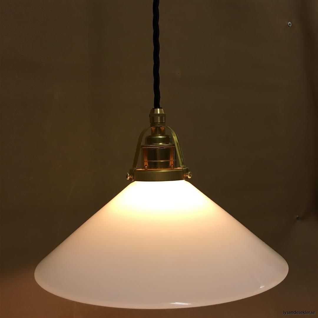 fönsterlampa med svart tygsladd och klofattning i mässing 60 mm fläns (21)