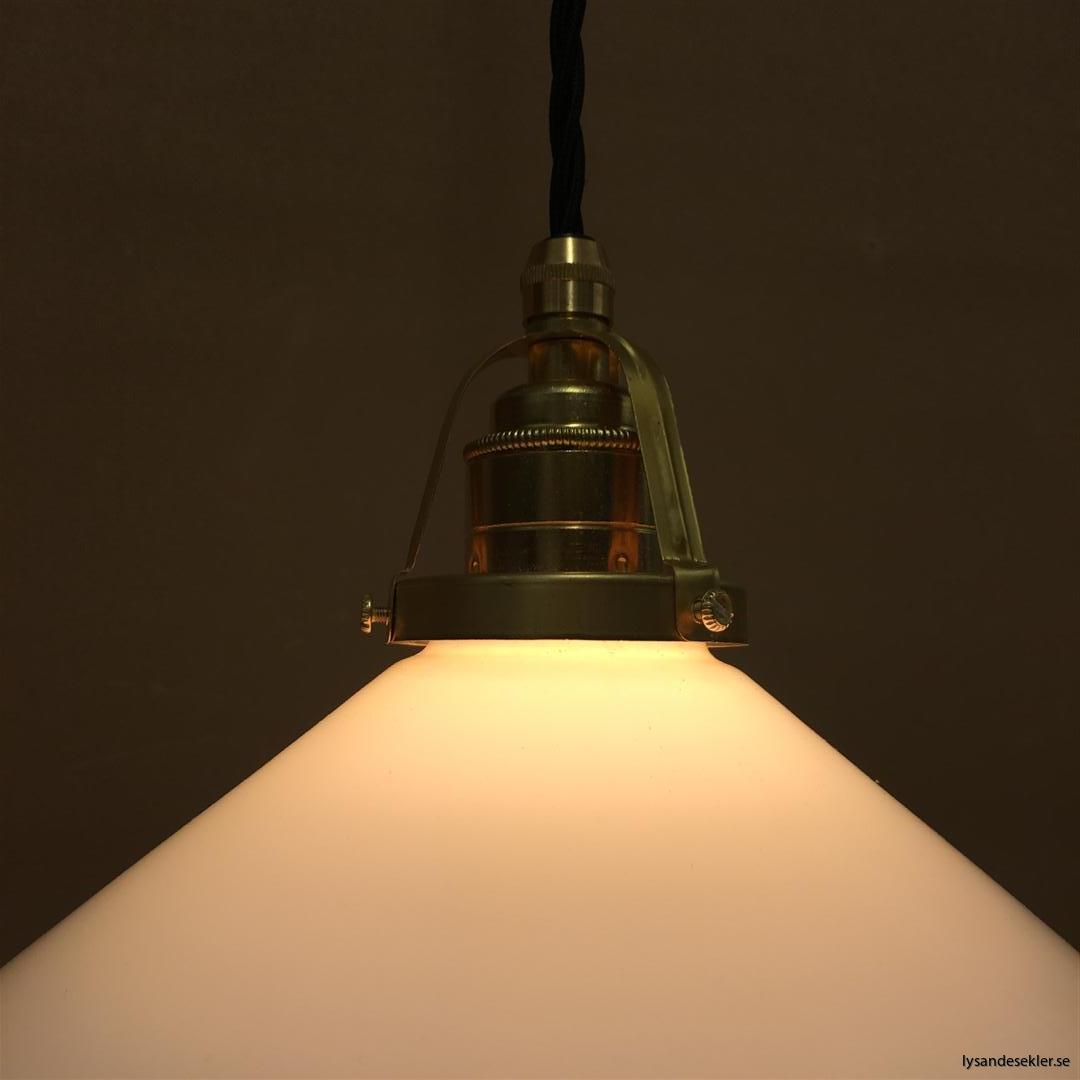 fönsterlampa med svart tygsladd och klofattning i mässing 60 mm fläns (24)