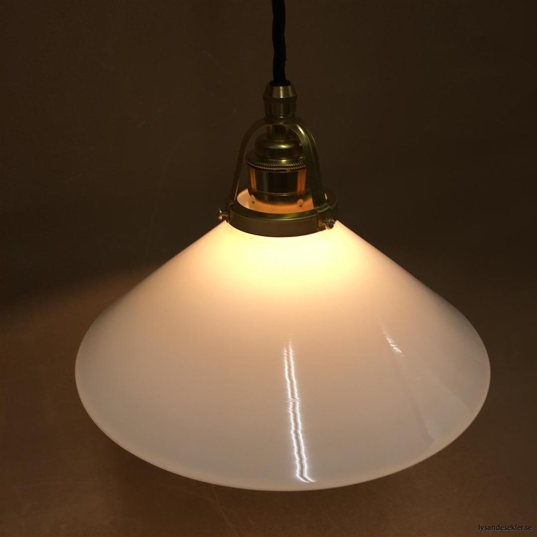 fönsterlampa med svart tygsladd och klofattning i mässing 60 mm fläns (22)