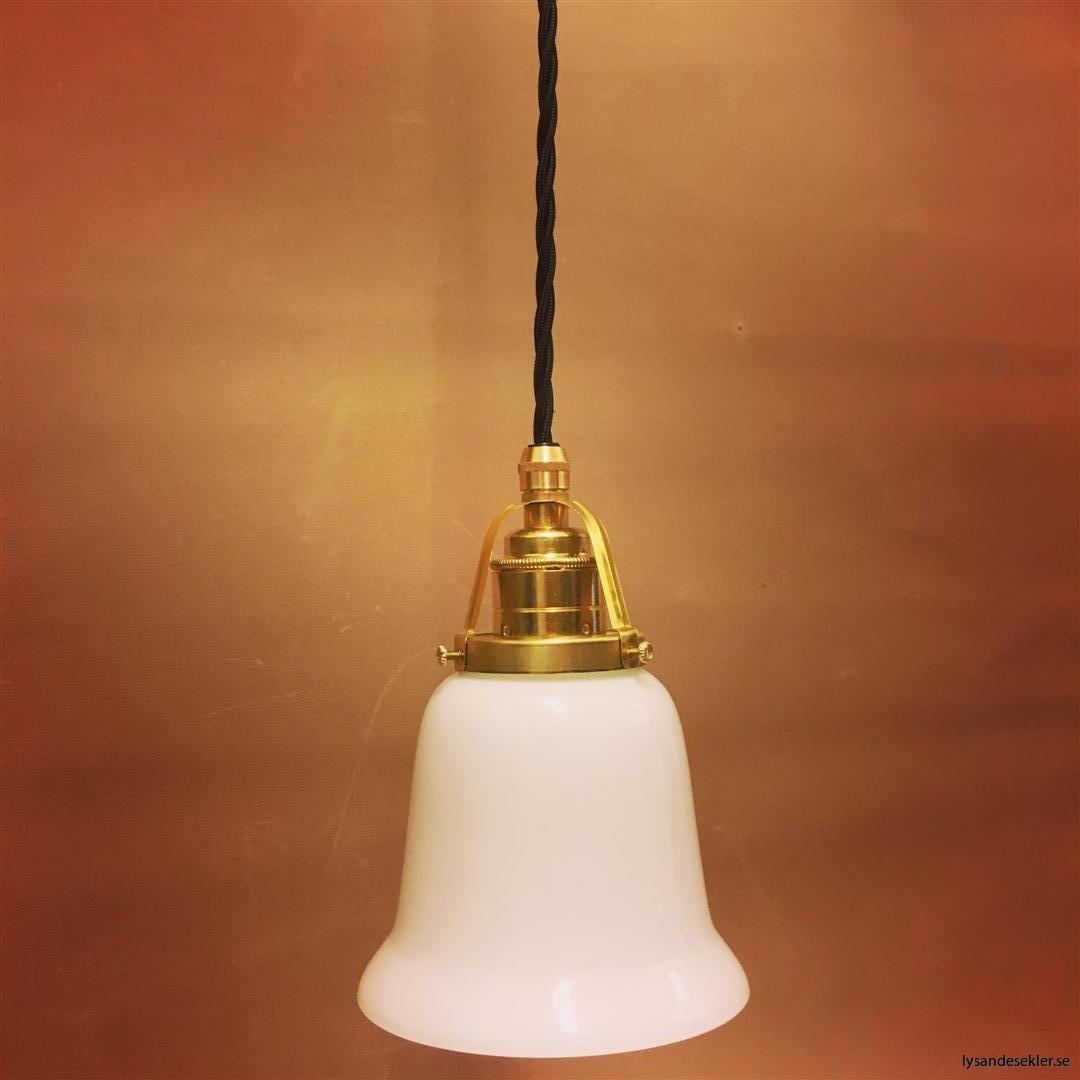 fönsterlampa med svart tygsladd och klofattning i mässing 60 mm fläns (40)