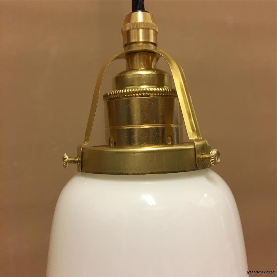 fönsterlampa med svart tygsladd och klofattning i mässing 60 mm fläns (47)