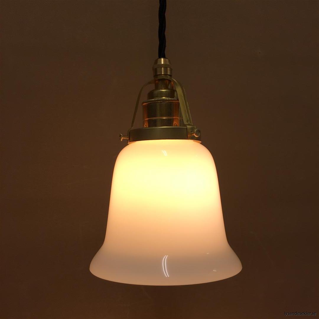fönsterlampa med svart tygsladd och klofattning i mässing 60 mm fläns (45)