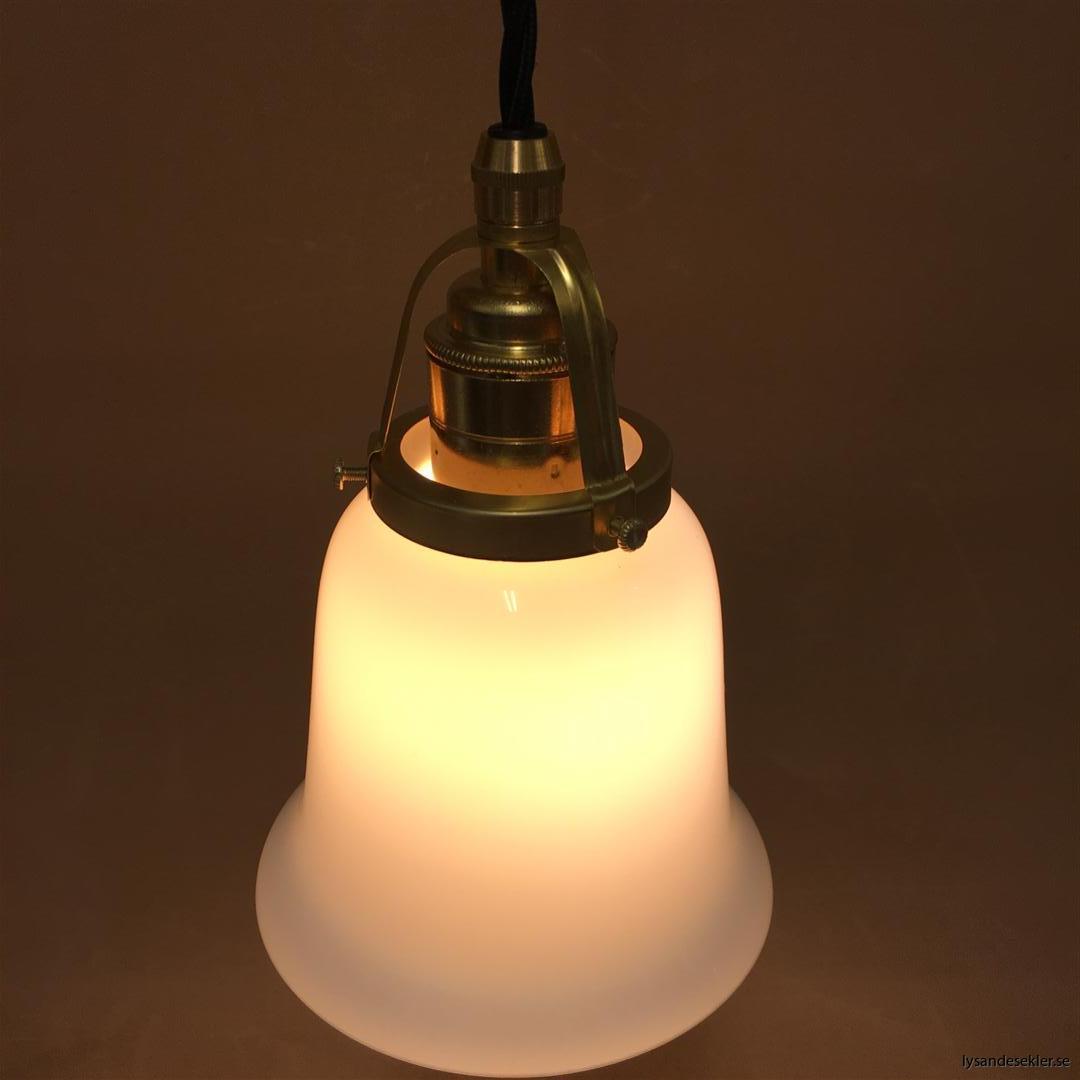 fönsterlampa med svart tygsladd och klofattning i mässing 60 mm fläns (46)